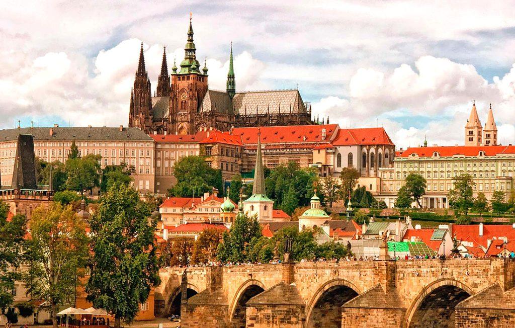 Пражский град — одна из главных достопримечательностей Праги