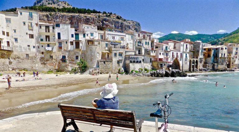 Скамейка на берегу моря