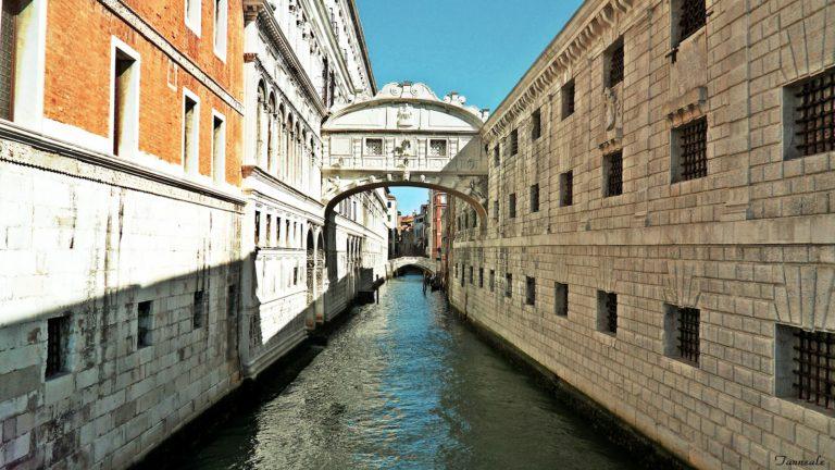 вид на мост вздохов в Венеции