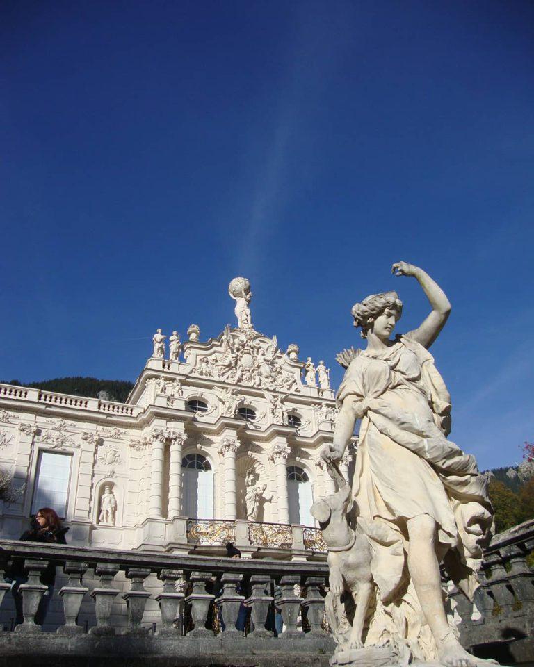 Замок Линдерхоф и статуя