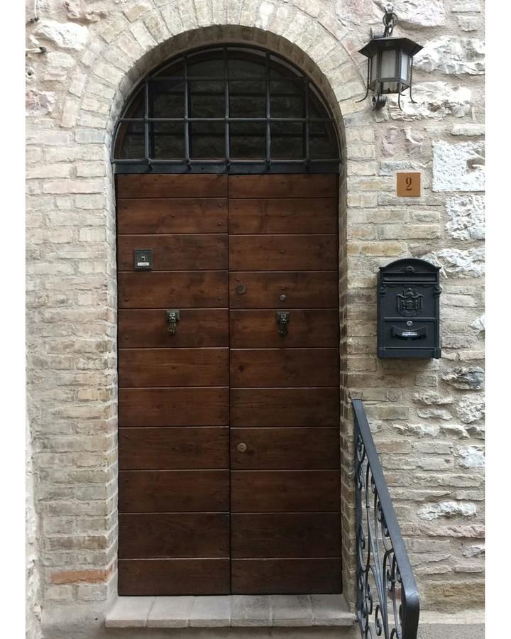 Декор входной двери в Ассизи