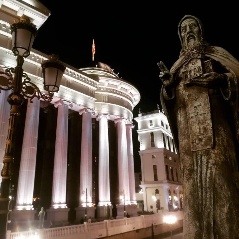 Памятник около исторического музея в Скопье