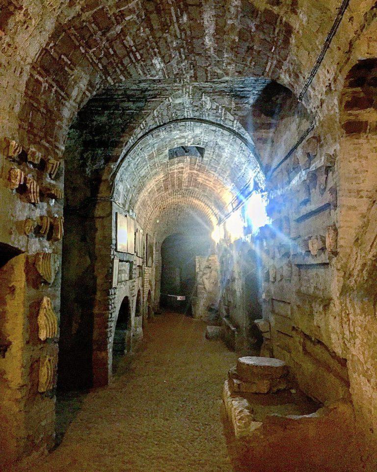 Длинные коридоры римских катакомб