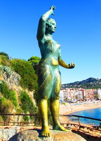 статуя на море