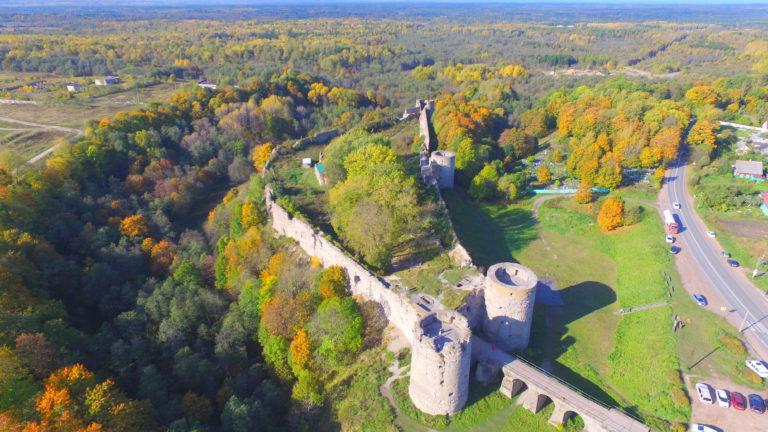 Вид с высоты на крепость Копорье