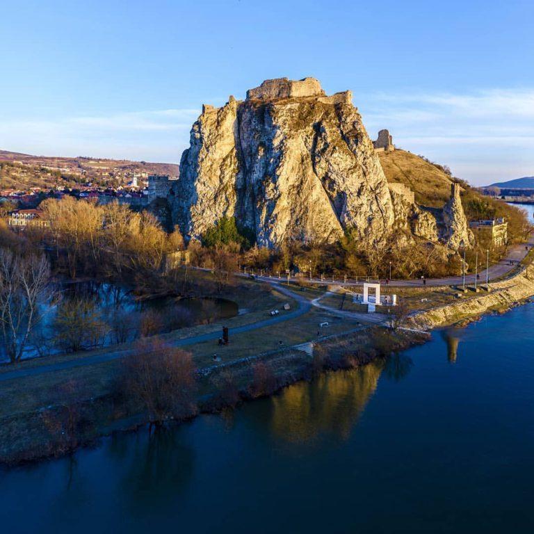 Вид на замок Девин