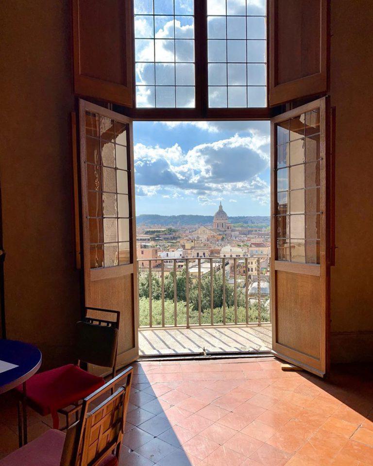 Открытая дверь с видом на Рим