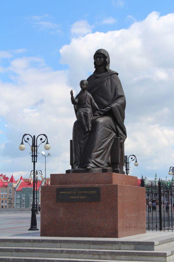 Скульптура Девы Марии с младенцем Йошкар Ола