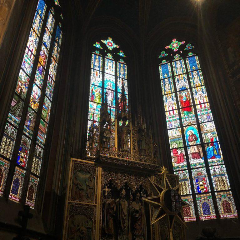 Вид на витражи собора Святого Вита