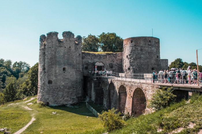 Туристы в крепости Копорье