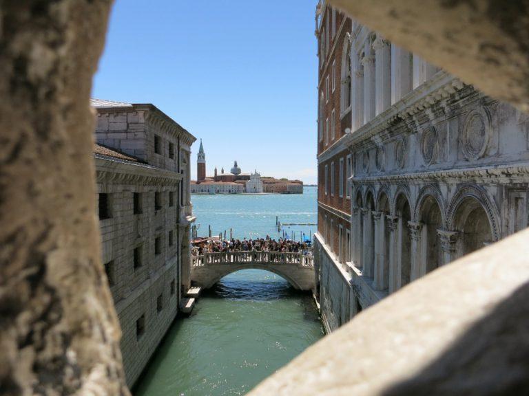 вид с моста вздохов на Венецию