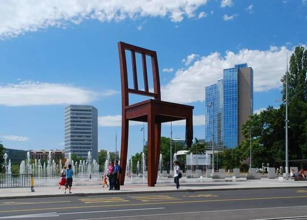 Cломанный стул Женева