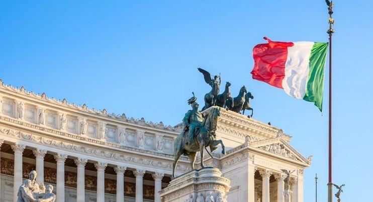 Итальянский флаг развивается на ветру