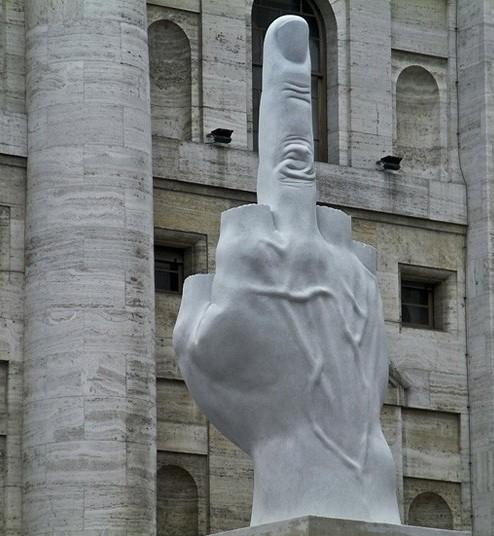 Памятник L.O.V.E