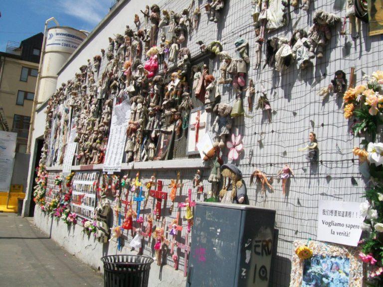 «Стена кукол» в Милане