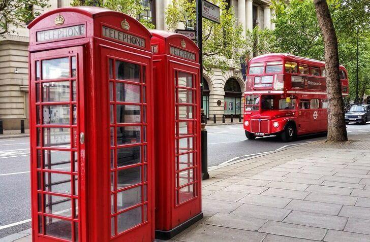 Телефонная будка и двухэтажный автобус