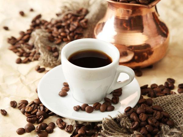кофе в кружке и кофейные зерна