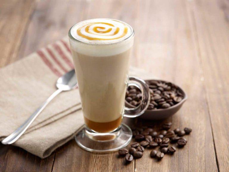 Латте и зерна кофе