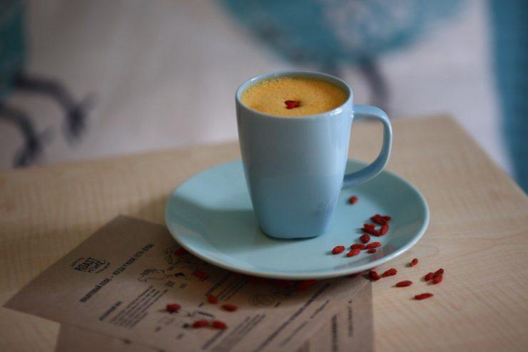 кофе лунго на деревяном столе