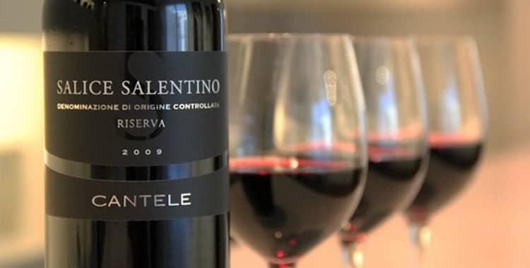 Вино и наполненные бокалы