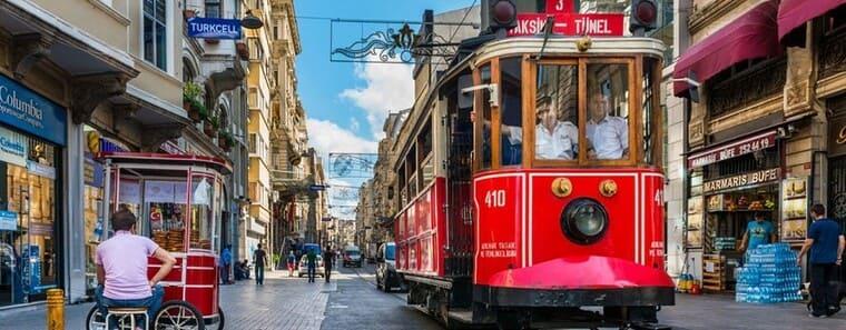 Трамвай на улице Истикляль (Независимости)