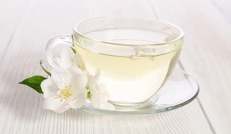 Белый чай в чашке