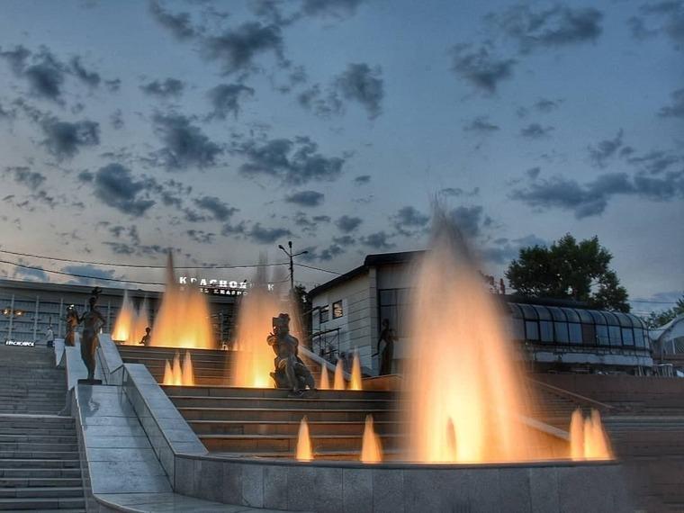 Каскадный фонтан «Реки Сибири» на Театральной площади
