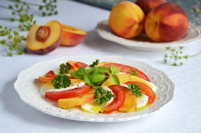 Капрезе с персиками