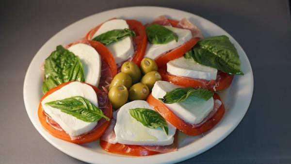Итальянский Капрезе с оливками
