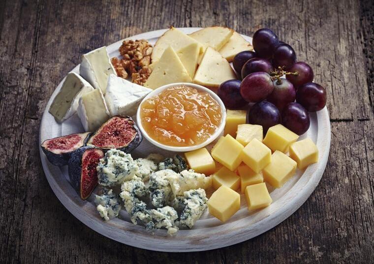 Сыры и фрукты для вина