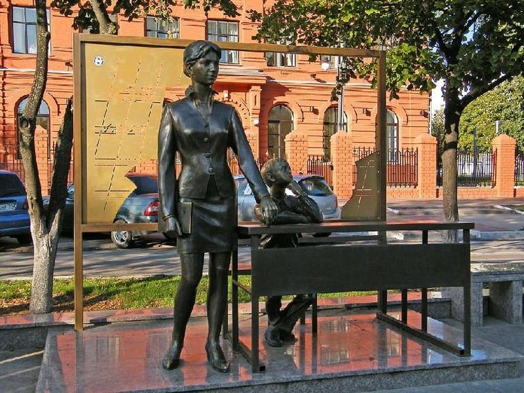 памятник в Белгороде учительница первая моя