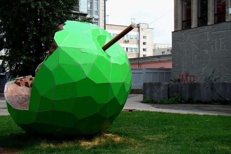 Скульптура «зеленое яблочко»